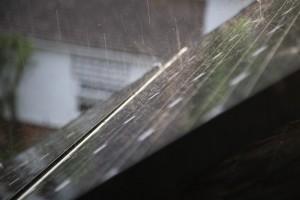 een paar zonnepanelen in de regen