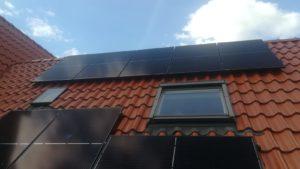 zwarte panelen op rood dak